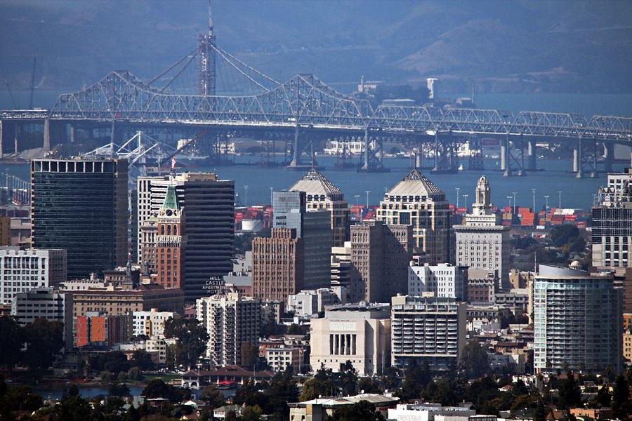 OAKLAND,_CA,_USASkyline_and_Bridge