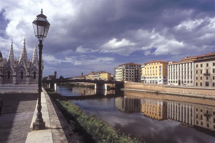 Pisa, Lungarno e chiesa Spina