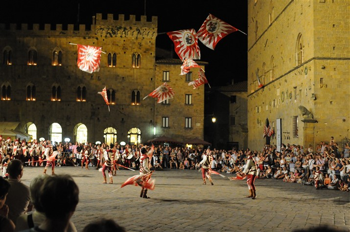 Volterra, flag weavers in Piazza dei Priori