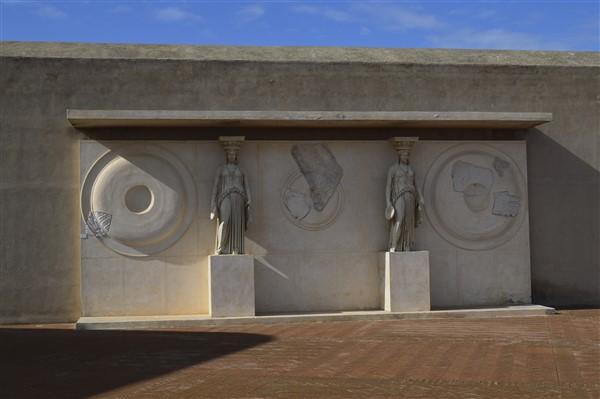 porta rione terra esposta alla terrazza del Castello di Baia