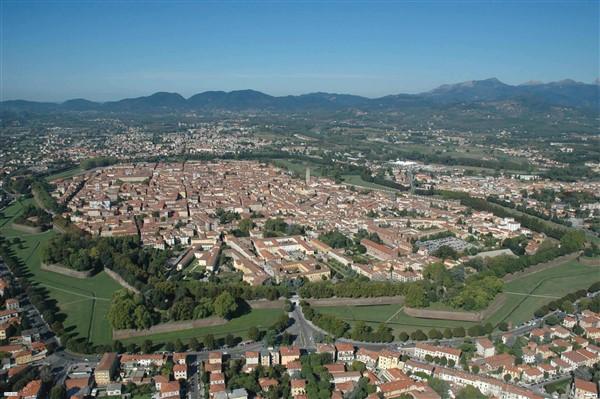 Lucca veduta aerea del centro storico - By Vip