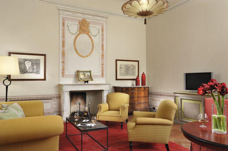 Deluxe Suite102 livingroom