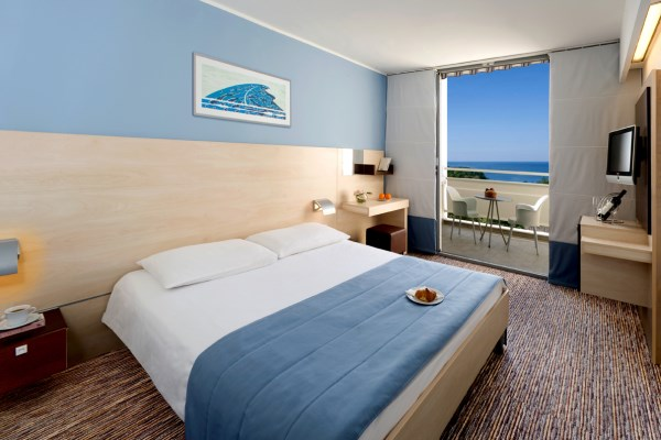 3_Valamar Diamant Premium room french bed
