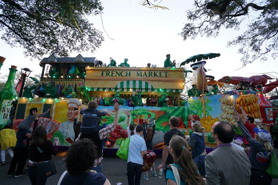 Festeggiare il carnevale a New Orleans, in Louisiana: il Mardi Gras è la giornata più importante e si lavora tutto l'anno alle parate