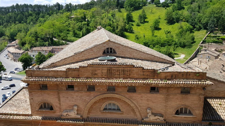 Urbino, storia ed arte nella speciale città delle Marche Patrimonio UNESCO. I tanti studenti che la colorano e l'animano danno armonia e freschezza alla bellezza