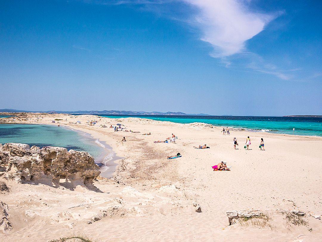 Vacanze a Formentera tra spiagge e fari. La più piccola delle isole Baleari, a pochi chilometri di distanza dall'Italia, offre opportunità e proposte in tutte le stagioni e per ospiti di tutte le età