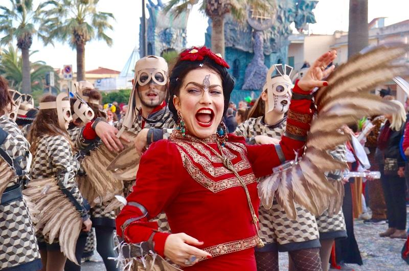 Carnevale di Viareggio: l'edizione 2020 è dedicata alle generazioni. Dall'1 al 25 febbraio i carri allegorici più grandi del mondo sfilano sui viali a mare, eventi e sei straordinari corsi mascherati