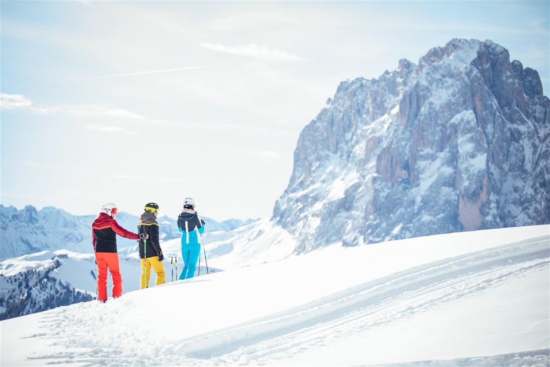 Val Gardena Ski Caching, il 18 gennaio caccia al tesoro sulle piste, tra le vette delle Dolomiti. Sciate sulla leggendaria Sellaronda e velocissime discese sulla Saslong di Coppa del Mondo