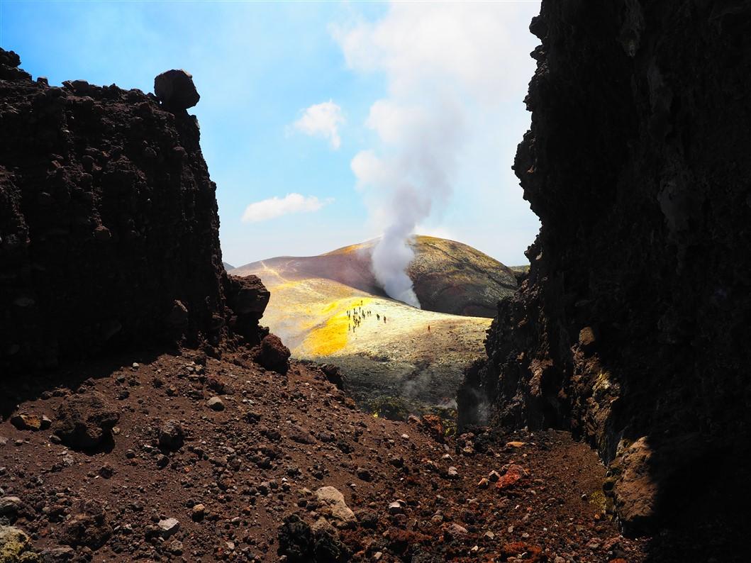 L'Etna tra binari, lava e mare