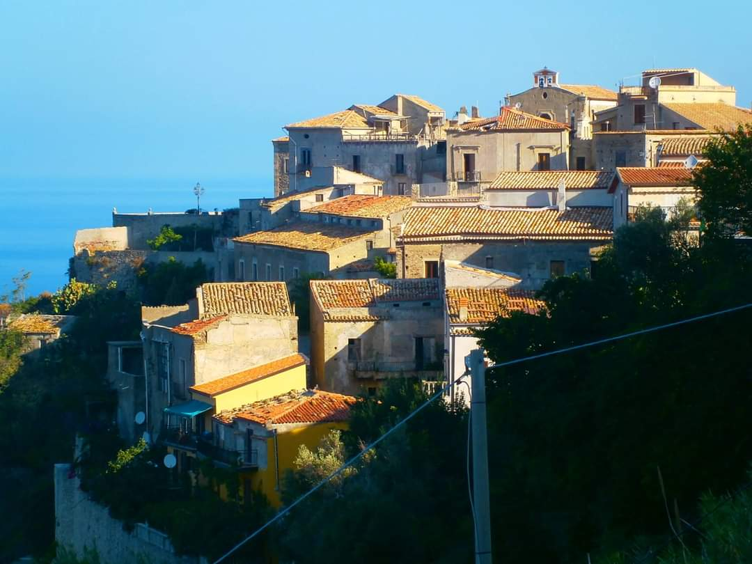 In Calabria a Fiumefreddo Bruzio, un borgo tra mare e montagna lungo la costa del Tirreno, in provincia di Cosenza