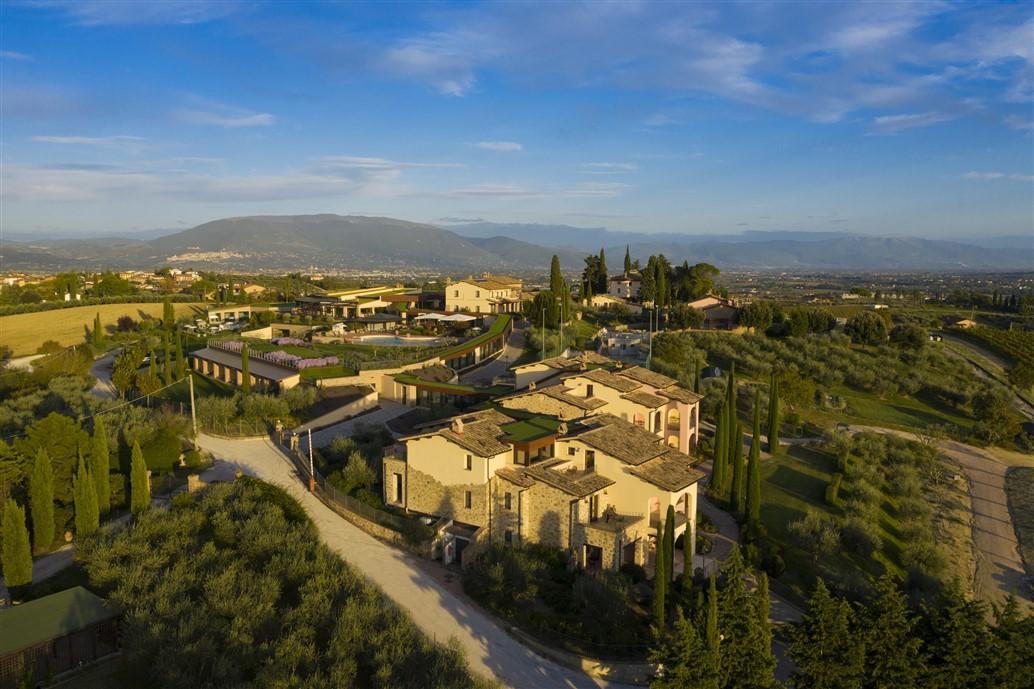 In Umbria Borgobrufa SPA Resort l'albergo diffuso di charme vicino alle città d'arte. Regno di quiete, benessere e lusso